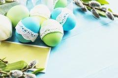 Ostereier auf dem Tisch Lizenzfreie Stockbilder