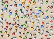 Ostereier auf einem Bett des Sandes lizenzfreie abbildung