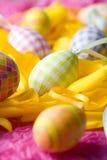 Ostereier auf gelben Tulpeblumenblättern Stockfotos