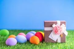 Ostereier auf Gras und Geschenkbox stockbild