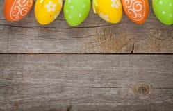 Ostereier auf hölzernem Hintergrund Lizenzfreie Stockfotografie