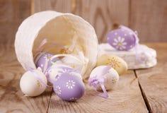 Ostereier auf hölzernem Hintergrund stockbilder