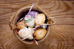 Ostereier auf hölzernem Hintergrund lizenzfreie stockfotos