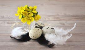 Ostereier auf hölzernem Hintergrund Stockbild