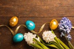 Ostereier auf hölzernem Hintergrund Lizenzfreies Stockfoto