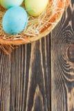 Ostereier auf hölzernem Hintergrund mit copyspace Stockfoto