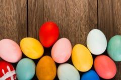 Ostereier auf hölzerner Tabelle Lizenzfreie Stockfotos