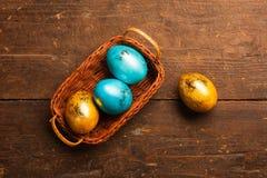 Ostereier auf hölzerner Tabelle Stockfotos