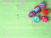 Ostereier auf Holztischhintergrund Stockbilder