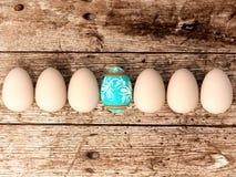Ostereier auf Holztischhintergrund Lizenzfreie Stockbilder