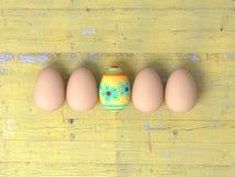 Ostereier auf Holztischhintergrund Lizenzfreie Stockfotografie