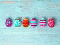 Ostereier auf Holztischhintergrund Stockfotografie