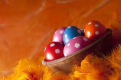 Ostereier auf orange Hintergrund Lizenzfreies Stockbild