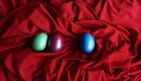 Ostereier auf rotem Hintergrund stockfoto