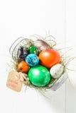 Ostereier Colourfull im Eimer mit Heu Stockfoto