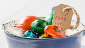 Ostereier Colourfull mit Federn in der Wanne Stockfotografie