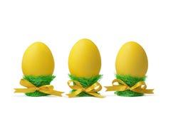 Ostereier in den Eierbechern getrennt auf Weiß Lizenzfreie Stockfotografie