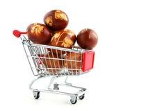 Ostereier in der Einkaufenlaufkatze Lizenzfreie Stockbilder