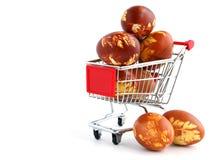 Ostereier in der Einkaufenlaufkatze Lizenzfreie Stockfotografie