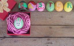Ostereier in der Geschenkbox auf hölzernem Lizenzfreies Stockbild