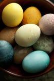 Ostereier in der hölzernen Schüssel Lizenzfreie Stockfotografie