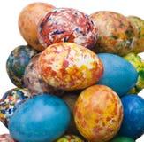 Ostereier, die eigenhändig gemalt werden, Ausschnittspfad getrennt sind und mit Stockfotos