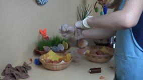 Ostereier, die unter Verwendung der natürlichen organischen Materialien malen stock footage