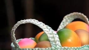 Ostereier drehen sich in einen grünen Korb stock video