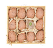 Ostereier in einem hölzernen Kasten lizenzfreie stockfotografie
