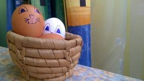 Ostereier in einem Korb lizenzfreie stockfotografie