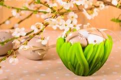 Ostereier in einer dekorativen Schüssel Stockfoto