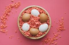 Ostereier in einer hölzernen Schüssel stockbild