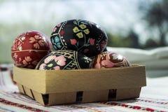 Ostereier in einer Holzkiste, gemalt Eireligiöser feiertag auf t Stockfoto