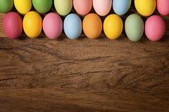 Ostereier in einer Reihe Stockfoto