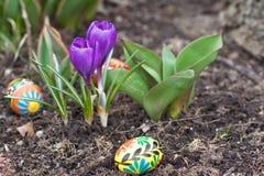 Ostereier, Frühlingsblumen Lizenzfreie Stockbilder