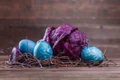 Ostereier gefärbt mit Kohl Lizenzfreies Stockfoto