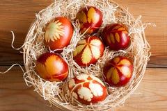 Ostereier gefärbt mit Zwiebelschalen, mit einem Muster von frischen Kräutern Stockfotografie