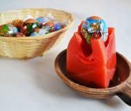 Ostereier gemacht durch kinder- ein Ei auf einer Kerze Stockfoto
