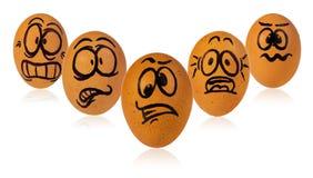 Ostereier, gemalt in lustigen Gesichtern einer erschrockenen Karikatur eines Kerls Stockfoto