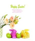 Ostereier, Häschen und Spaßblumenstrauß von den Blumen lokalisiert Stockfotos