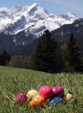 Ostereier im Gras in den Bergen Lizenzfreies Stockfoto