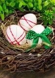 Ostereier im Nest. Stockfoto