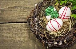 Ostereier im Nest. Stockfotografie