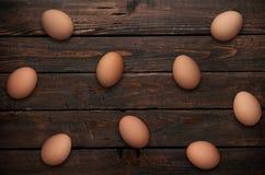 Ostereier im Nest auf hölzernem Hintergrund Lizenzfreie Stockfotos