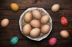 Ostereier im Nest auf hölzernem Hintergrund Lizenzfreies Stockbild