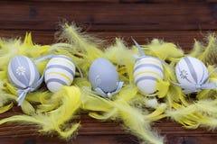 Ostereier im Nest und in der Feder Stockfotografie