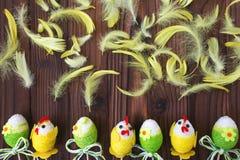 Ostereier im Nest und in der Feder Lizenzfreie Stockbilder
