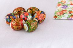 Ostereier lackieren das Malen des einzigartigen und schönen Geschenks und der Andenkens für den Feiertag Stockfotos
