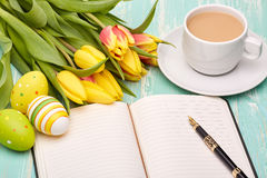 Ostereier, leerer täglicher Klotz und Tulpen Stockfotos