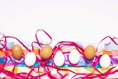 Ostereier, mehrfarbig auf weißem Hintergrund mit Bändern stockfoto